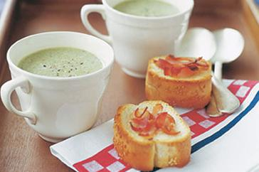 How to cook Creamy pea soup & garlic bacon toasts